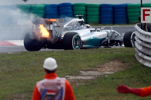 F1 2014 HUNGARORING la MERCEDES de Lewis HAMILTON en feu lors de la Q1 le samedi 26 juillet