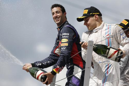 F1-2014-SILVERSTONE-BOTTAS-ET-RICCIARDO-2-et-3-derriére-HAMILTON