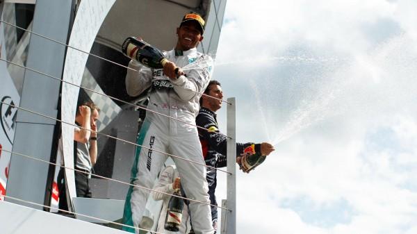 F1-2014-SILVERSTONE-CHAMPAGNE-pour-HAMILTON-vainqueur