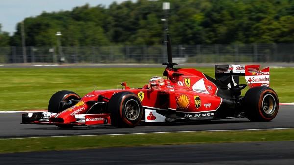 """Kimi Räikkönen étant indisponibler à la suite de sa violente sortie de piste survenue dimanche dernier lors du premier tour du British GP, la Scuderia Ferrari, avait fait appel à l'un dfe ses pilotes de réserve, le jeune Français Jules Bianchi. Placé par le staff de Maranello en F1, au début de la saison 2013, chez Marussia et ce afin d'y faire ses gammes en Grand Prix et d'apprendre les circuits, Bianchi, s'est souvent montré digne de la confiance accordée, lui, le pilote appartenant  à la filiére Ferrari. Lors du récent GP de Monaco, il offrait même à son Team, l'écurie Marussia, ses tous 1ers points en Formule 1! Brillant, travailleur, jouissant d'une bonne réputation depuis son arrivée dans le paddock F1, Bianchi bénéficie d'une cote énorme à Maranello. C'est la raison pour laquelle, """" Iceman """" placé au repos forcé, on n'a pas hésité pour lui confier sa mononoplace pour la seconde journée des tests privés de Silverstone, programmés de longue date. Aprés avoir roulé mardi dans sa Marussia, obtenant le 5éme temps, Jules Bianchi s'est donc installé le lendelmain hier mercredi dans le stand voisin,celui de la trés prestigieuse Scuderia Ferrari. Et, ma foi, le jeune homme n'a pas laissé pas sa chance, cette chance qui lui était proposée. 1er er temps de référence de la seconde journée avec un chrono de  1'35""""    , le meilleur des deux sessions de la journée ! Questionné aprés sa performance dans le baquet de la Rosso, l'Azuréen, à indiqué : """" En Formule 1, vous devez être toujours prêt à toute éventualité"""" Précisant :  """"Pour le moment, je suis pilote Marussia et je souhaite naturellement continuer mon travail avec eux. Nous sommes heureux de ce que nous réalisons actuellement.""""  A la question de savoir s'il existait une possibilité de remplacer Kimi Räikkönen au prochain GP d'Allemagne à Hockenheim la semaine prochaine si le pilote Finlandais n'était pas vraiment complétement remis de sa sortie de piste du GP d'Angleterre, Jules Bianchi a lâché :  """"Je ne sais pas. Po"""