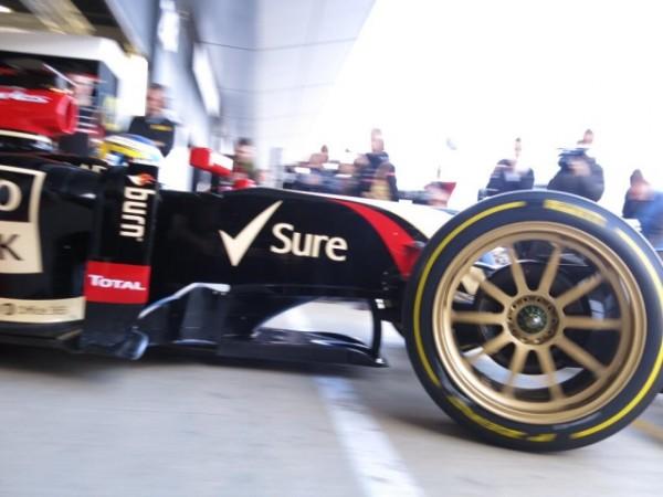 F1-2014-SILVERSTONE-LOTUS-Teste-le-nouveau-pneu-PIRELLI-de-18-pouces