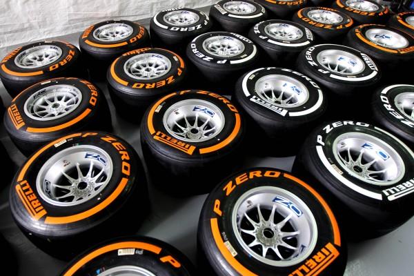 F1 2014 SILVERSTONE PIRELLI P Zero Orange et White medium 2014 British Grand Prix