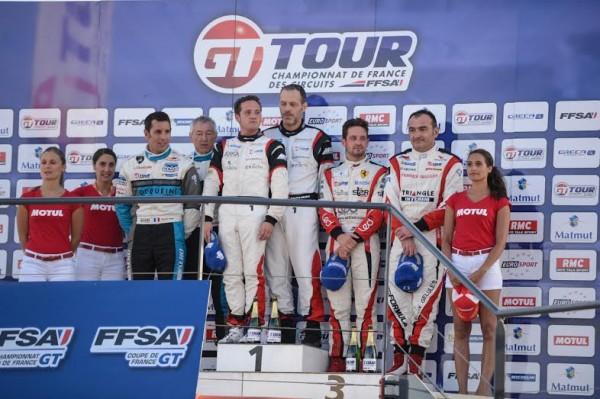 GT-TOUR-2014-VAL-DE-VIENNE-Podium-avec-MOULIN-TRAFORT-et-GIAUQUE-les-vainqueurs-de-la-1ére-course-Photo-Antoine-CAMBLOR