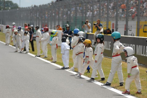 LE MANS CLASSIC Les enfants avant le depart de LITTLE BIG MAN