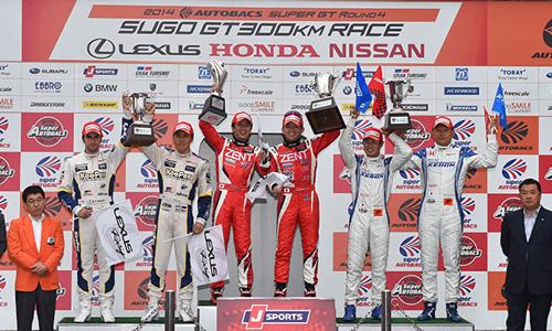 SUPER-GT-2014-SUGO-Le-podium-le-20-juillet-avec-les-vainqueurs-TACHIKAWA-HIRATE.j