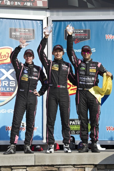 TUDOR-USCC-2014-SIX-H-DE-WATKINS-GLEN-Podium-2éme-pour-les-3-pilotes-de-la-MORGAN-NISSAN-OAK-Photo-GHOUSEGROUP