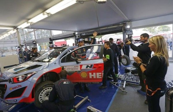 WRC-2014-POLOGNE-Thierry-NEUVILLE-Retour-assistance-Team-HYUNDAI-i20WRC