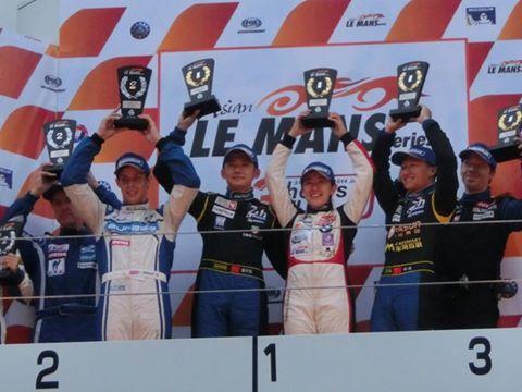 ASIAN-LE-MANS-SERIES-2014-FUJI-le-podium-avec-les-3-pilotes-OAK-victorieux.
