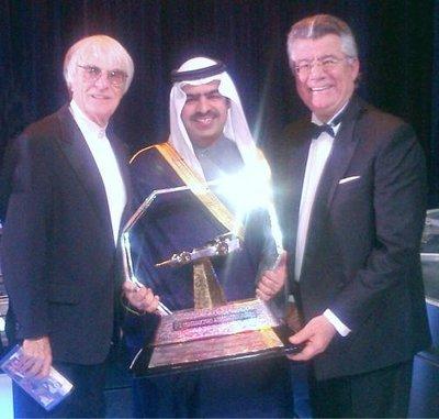 Bernie-Ecclestone-Sheikh-Fawaz-bin-Mohamed-Al-Khalifa-et-Philippe-Gurdjian-lors-de-la-réception-par-le-Français-de-lun-des-sept-trophées-en-qualité-de-meilleur-organisateur-du-Grand-Prix-de-lannée.
