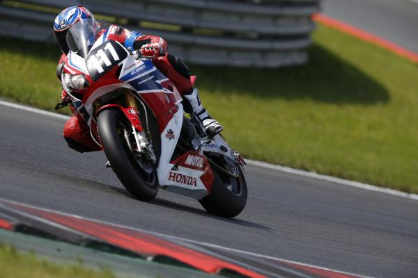 ENDURANCE-MOTO-2014-8-Heures-Oschersleben-Honda-Racing-en-route-vers-la-victoire-Photo-MICHELIN