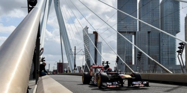 F1 2014 - 31 aout MAX VERSTAPPEN dans les rues de ROTTERDAM teste une F1 VRED BULL