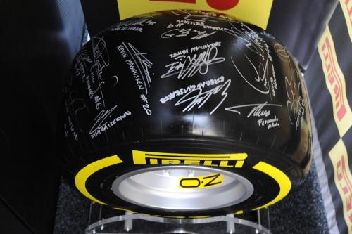 F1-2014-Le-Pneu-PIRELLI-dedicacé-par-les-pilotes-de-GP-pour-la-vente-aux-enchéres