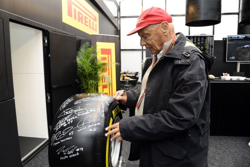 F1-2014-Pneu-PIRELLI-Niki-LAUDA-le-dedicace-pour-la-vente-aux-enchéres