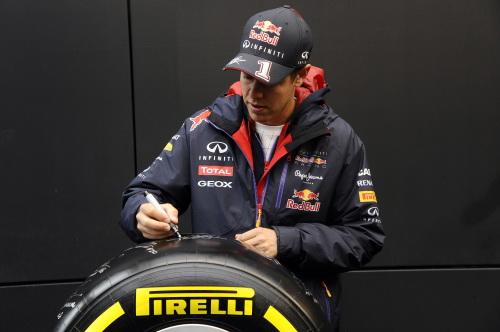 F1 2014 Pneu PIRELLI - Sebastian VETTEL le dedicace pour la vente aux enchéres