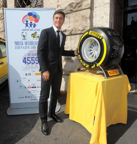 F1 2014 Pneu PIRELLI - ZANETTI pose devant le pneu dedicace par les pilotes de GP pour la vente aux enchéres