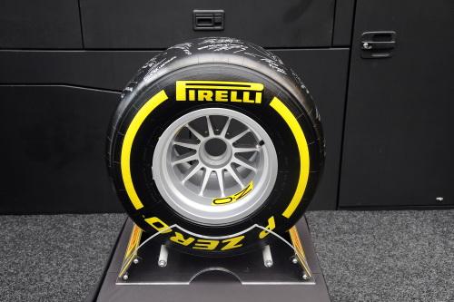 F1-2014-Pneu-PIRELLI-dedicacé-par-les-pilote-de-GP-pour-la-vente-aux-enchéres