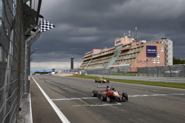 F3 2014 - NURBURGRING - Victoire dans la 3éme course pour LUCAS AUER 1er.