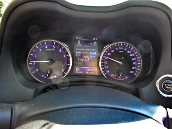Infiniti-Q50-Hybrid-Un-petit-schéma-dynamique-indique-la-charge-batterie-et-le-mode-de-fonctionnement-photo-Patrick-Martinoli.