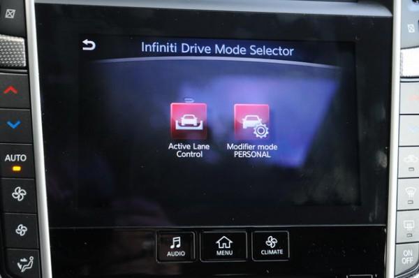 Infiniti-Q50-diesel-Activation-de-lActive-lane-control-qui-permet-au-vehicule-de-se-maintenir-sur-une-voie-donnée-de-lautoroute-Photo-Patrick-MARTINOLI