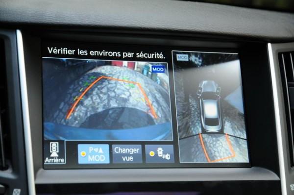 Infiniti-Q50-diesel-Caméra-de-recul-et-vision-à-360°-sur-lécran-du-haut-pour-faciliter-les-manœuvres-Photo-Patrick-Martinoli..jpg 21 août 2