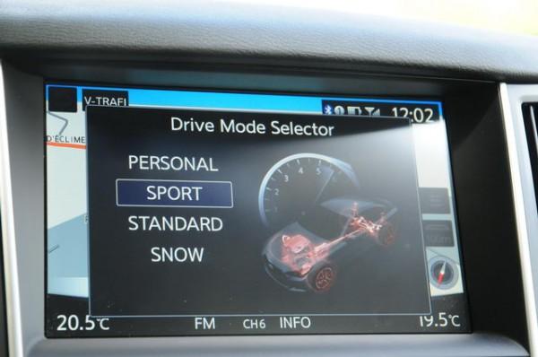 Infiniti-Q50-diesel-Différents-réglages-personalisables-sont-proposé-par-un-menu-sur-l-écran-central-Photo-Patrick-Martinoli