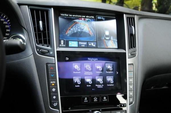 Infiniti-Q50-diesel-Double-écran-tactile-dinformation-au-centre-du-tableau-de-bord-Photo-Patrick-Martinoli.