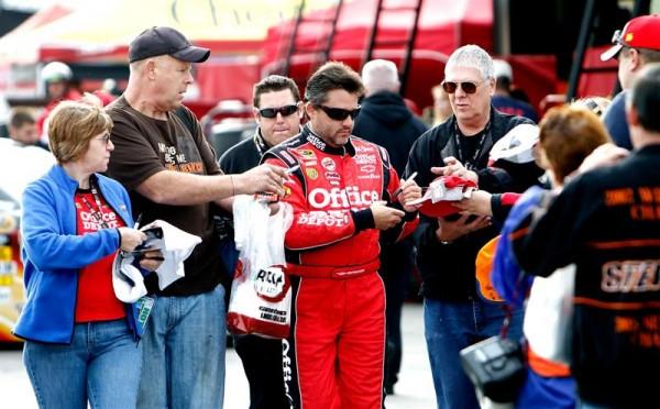 Tony-Stewart- Les fans en attente de son autographe.