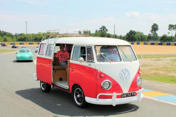 Super-VW-Festival-Juillet-2014-Parade-en-COMBI-VW-sur-la-piste-du-Mans.-Photo-Emmanuel-Leroux