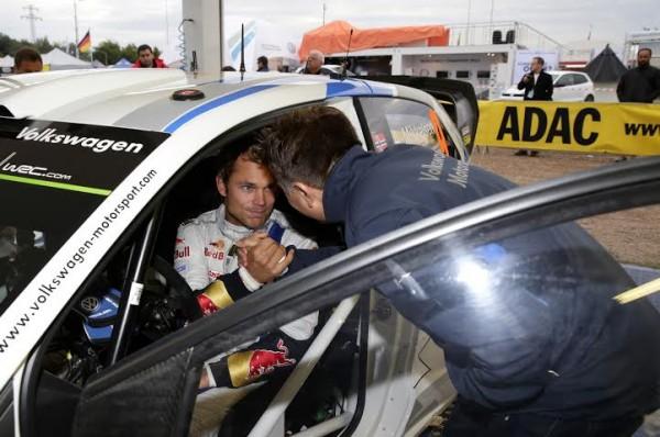WRC-2014-ALLEMAGNE-Andreas-MIKKELSEN-discute-avec-Jost-CAPITO