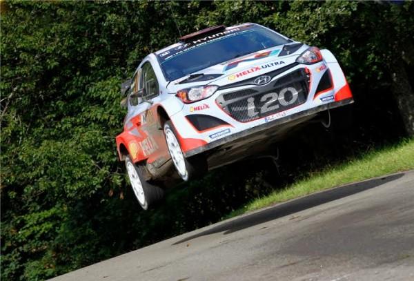 WRC-2014-ALLEMAGNE-Thierry-NEUVILLE-s-envole-vers-sa-1ére-cictiure-en-WRC-avec-saHYUNDAI-i20-WRC.j