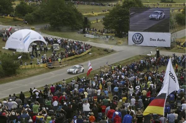 WRC-2014-ALLEMAGNE-VW-POLO-WRC-au-milieu-du-public-