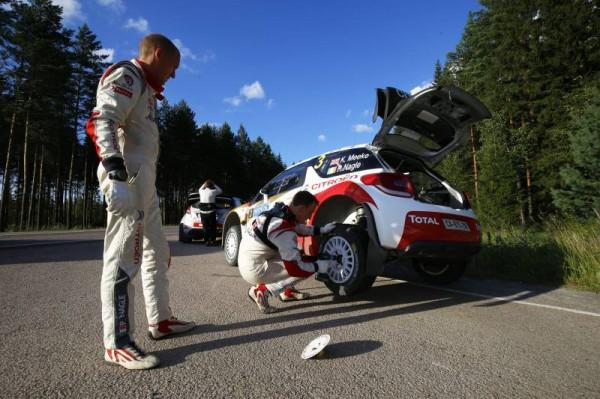 WRC 2014 FINLANDE - Kris MEEKE changement de pneumatiques.j