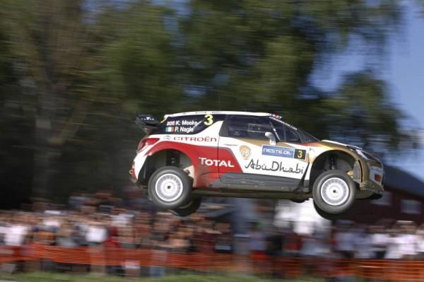 WRC 2014 FINLANDE - Kris MEEKE sur un des fameux sauts.