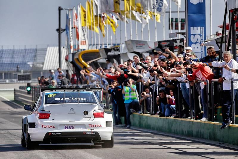 WTCC-2014-ARGENTINE-CITROEN-C-ELYSEE-LOPEZ-vient-de-signer-la-pole-pour-la-plus-grande-joie-de-ses-fans