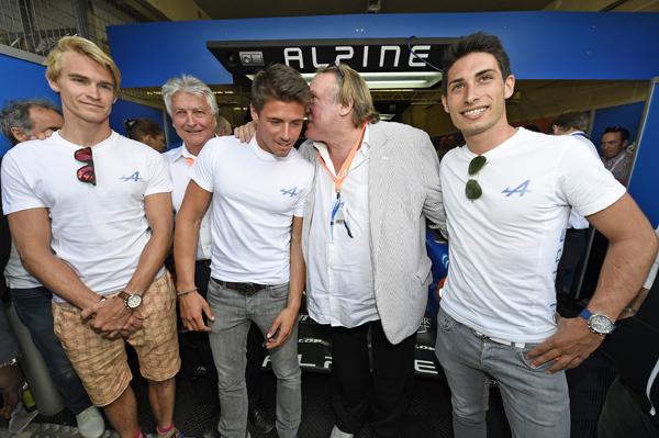 24-HEURES-DU-MANS-2014-Gerard-DEPARDIEU-avec-les-pilotes-du-Team-ALPINE