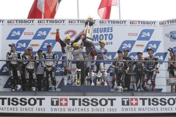 24-HEURES-DU-MANS-2014-Le-podium-final-avec-les-pilotes-SUZUKI-du-SERT-victorieux-et-ceux-de-la-YAMAHA-GMT-94-Champions-du-monde