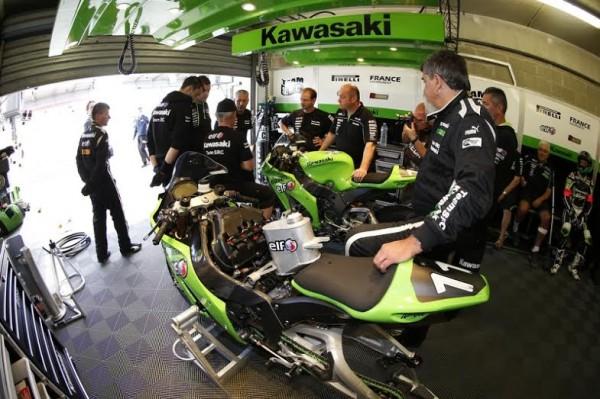 24-HEURES-DU-MANS-MOTO-2014-Le-stand-KAWASAKI-SLC.