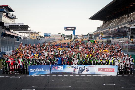 24-HEURES-DU-MANS-MOTO-2014-Tous-les-concurrents-posent-sur-la-ligne-droite-des-tribunes.Photo-ACO