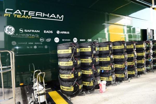 F1-2014-JEREZ-6-Team-CATERHAM-et-ses-rangées-de-pneumatiques-Photo-Max-MALKA.