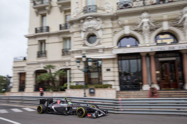 F1-2014-MONACO-SAUBER-FERRARI-de-GUTTIEREZ-devant-Hotel-de-PARIS.