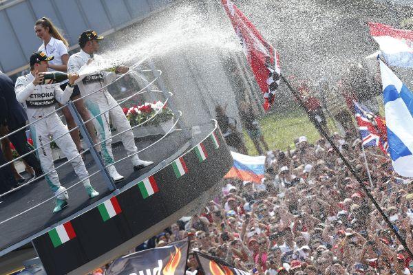 F1-2014-MONZA-LA-JOIE-des-deux-pilotes-MERCEDES-qui-signent-le-double-a-MONZA