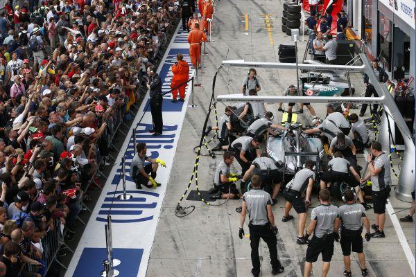 F1-2014-MONZA-Stand-MERCEDES-avec HAMILTON