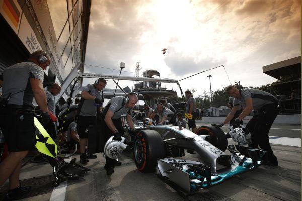 F1-2014-MONZA-la-MERCEDES-de-Lewis-HAMILTON-a-sonb-stand-avant-de-filer-vers-la-pole