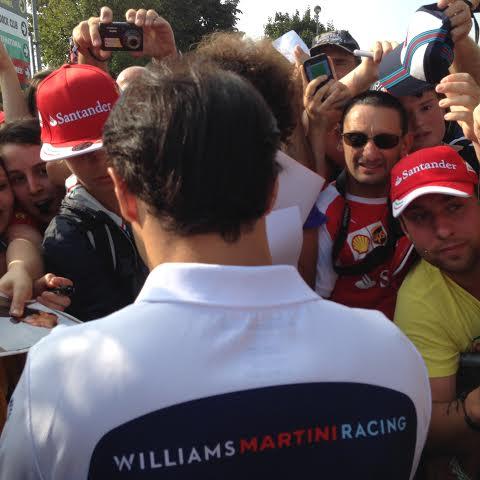 F1-2014-MONZA-les-tifosi-acclament-FELIPE-MASSA-a-son-arrivvee-a-l-entree-du-paddock-ce-dimanche-matin-photo-autonewsinfo