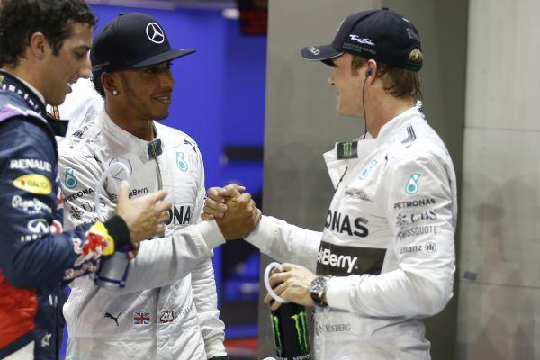 F1-2014-SINGAPOUR-HAMILTON-et-ROSBERG-se-congratulent-apres-la-session-des-qualifications-devant-RICCIARDO-le-3éme