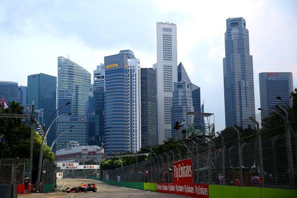 F1-2014-SINGAPOUR-La-RED-BULL-RENAULT-de Daniel RICCIARDO