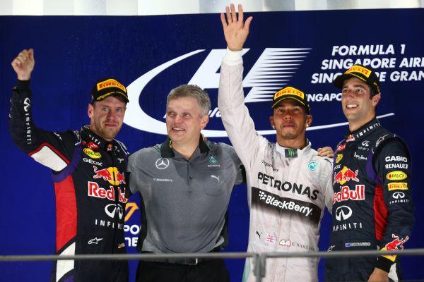 F1-2014-SINGAPOUR-Les-3-premiers-sur-le-podium-le-21-septembre-HAMILTON-et-les-deux-pilotes-RED-BULL-VETTEL-et-RICCIARDO