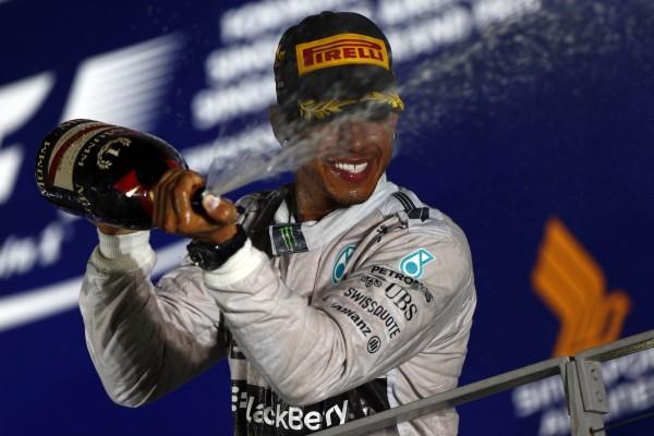 F1 2014 SINGAPOUR la joie de Lewis HAMILTON sur le podium