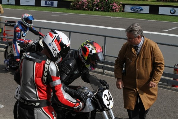 GOODWOOD-REVIVAL-2014-Changement-de-pilote-Rodney-O-Connor-passe-le-guidon-a-Kevin-Schwantz