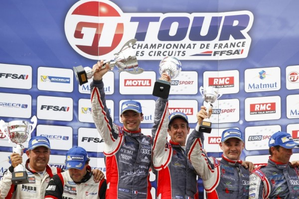 GT-TOUR-2014-NOGARO-Le-podium-de-la-seconde-course-avec-les-1ers-PARISY-HASSID-Photo-V-IMAGES-Eric-FABRE